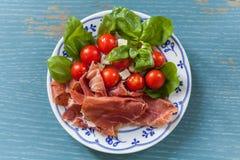 在板材的意大利开胃小菜 库存图片