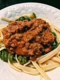 在板材的意大利细面条和肉调味汁 免版税库存照片