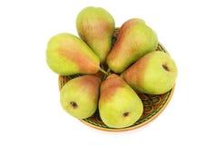 在板材的成熟梨在白色背景。 免版税图库摄影