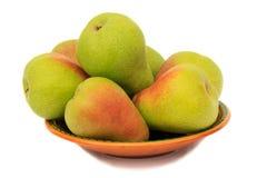 在板材的成熟梨在白色背景。 免版税库存图片