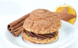 在板材的新近地被烘烤的巧克力甜可口奶油色曲奇饼, 免版税库存图片