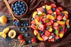 在板材的新鲜水果沙拉 库存照片