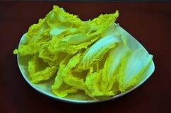 在板材的新鲜的圆白菜 免版税库存图片