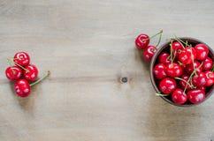 在板材的新鲜的成熟有机樱桃 库存照片