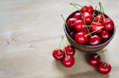 在板材的新鲜的成熟有机樱桃 免版税图库摄影