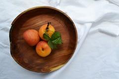 在板材的新鲜的杏子 免版税库存图片