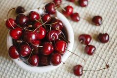 在板材的新鲜的樱桃在毛巾背景 樱桃新鲜成熟 樱桃一牌照甜白色 免版税图库摄影