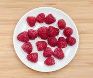 在板材的新鲜的莓在柜台 图库摄影