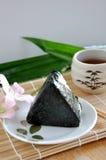 在板材的日本食物Onigiri 免版税库存图片