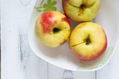 在板材的有些苹果 免版税图库摄影