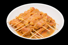 在板材的未加工的用卤汁泡的肉猪肉bbq串的 免版税库存照片