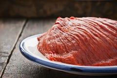 在板材的未加工的红肉在木桌上 免版税库存照片