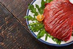 在板材的未加工的红肉在木桌上 免版税库存图片