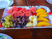 在板材的果子 免版税库存照片