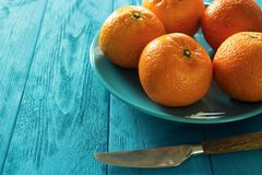 在板材的柑桔 库存图片
