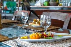 在板材的桔子和菠萝开胃菜在餐馆或 库存图片