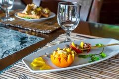 在板材的桔子和菠萝开胃菜在餐馆或 库存照片
