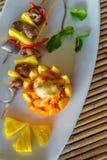 在板材的桔子和菠萝开胃菜在餐馆或 免版税库存图片