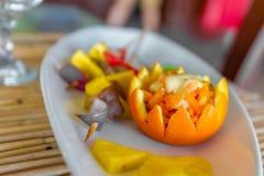 在板材的桔子和菠萝开胃菜在餐馆或 免版税图库摄影