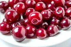 在板材的樱桃莓果 免版税库存图片