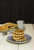 在板材的比利时薄酥饼浇灌了用在一木backg的蜂蜜 免版税图库摄影