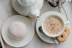 在板材的油炸圈饼在woode上用热的咖啡早餐 免版税库存照片