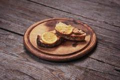 在板材的油煎的三文鱼内圆角用柠檬 免版税图库摄影