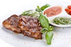 在板材的油煎的牛肉肝脏调味汁 免版税库存图片