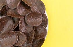 在板材的涂了巧克力的米油炸马铃薯片 免版税库存图片