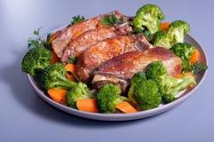 在板材的烤猪肉肋骨用硬花甘蓝 免版税库存图片
