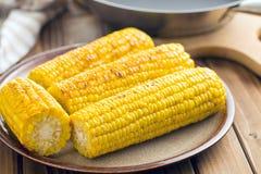 在板材的烤玉米 库存图片