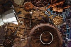 在板材的烤黑和绿色咖啡豆和碾碎的咖啡 库存照片