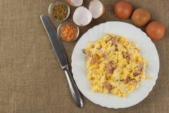 在板材的煎炒蛋 运动员的丰盛的一餐 饮食食物 在桌上的传统早餐 国内鸡蛋 免版税库存图片