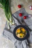 在板材的煎蛋用西红柿、香料和葱在土气样式,顶视图 滋补有机早餐, hea 库存图片