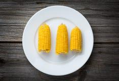 在板材的煮沸的玉米,食物特写镜头 免版税库存照片