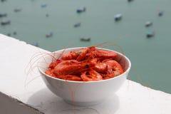 在板材的煮熟的虾 背景峡湾光芒海运星期日 免版税库存照片