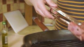 在板材的煮熟的里脊肉牛排 跟踪射击 股票视频