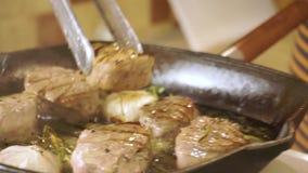 在板材的煮熟的里脊肉牛排 跟踪射击 影视素材