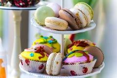 在板材的甜富有的杂色蛋糕 库存图片