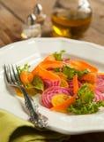 在板材的甜菜根和红萝卜沙拉 库存照片