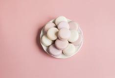 在板材的甜软的蛋白杏仁饼干 免版税库存照片