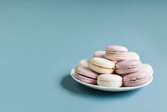 在板材的甜软的蛋白杏仁饼干 免版税库存图片