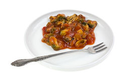 在板材的用卤汁泡的淡菜有叉子侧视图 库存照片