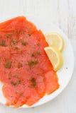 在板材的盐味的三文鱼 库存图片