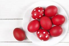 在板材的红色复活节彩蛋 免版税库存图片