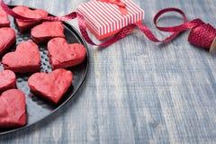 在板材的红色天鹅绒心脏曲奇饼 库存图片