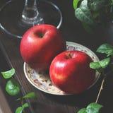 在板材的红色苹果 仍然1寿命 库存图片