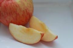 在板材的红色苹果 免版税库存图片