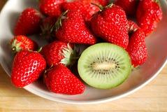 在板材的草莓和猕猴桃 库存照片