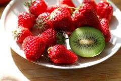 在板材的草莓和猕猴桃 免版税库存照片